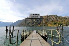 Ein Pier für Boot löst auf Achensee See aus Lizenzfreie Stockfotos