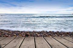 Ein Pier gegen das Meer Lizenzfreie Stockfotos
