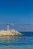 Ein Pier mit Ansicht des Ozeans Lizenzfreie Stockbilder