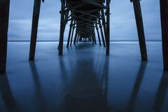 Ein Pier in Nord-Carolina von darunterliegend lizenzfreie stockfotografie