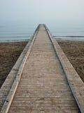 Ein Pier in Richtung zur Unbegrenztheit Stockfotografie
