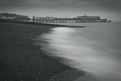 Ein Pier am Strand Stockbild