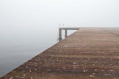 Ein Pier und Treppe darunter lizenzfreies stockbild