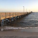 Ein Pier verlängert in das Meer stockbild