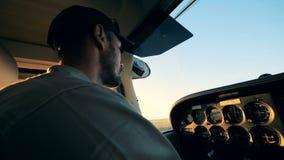 Ein Pilot, der in einem Cockpit beim oben fliegen, Abschluss sitzt stock video