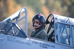 Ein Pilot, der im Cockpit eines Flugzeuges des Texaners T-6 sitzt stockbild