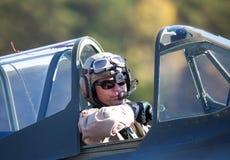 Ein Pilot, der im Cockpit eines P-40 Warhawk Flugzeuges sitzt lizenzfreie stockfotografie