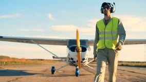 Ein Pilot in der Uniform geht auf eine Rollbahn, Abschluss oben stock video