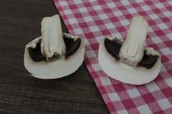 Ein Pilz geschnitten zur Hälfte Stockbild
