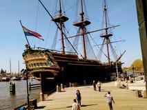 Ein Piratenschiff im Wasser von Amsterdam stockfoto