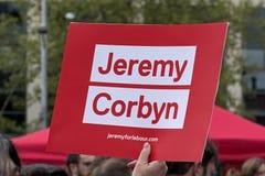 Ein Plakat, das Arbeitsparteichef Jeremy Corbyn stützt stockfotografie