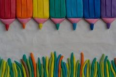 Ein Plasticinebild Satz farbige Bleistifte Farblinien vom Plasticine Lizenzfreies Stockfoto