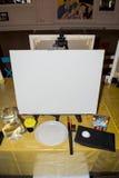 Ein Platz für den Künstler Canvas und Bürste rütteln schutzblech Säubern Sie Segeltuch der weißen Farbe Platz für den Text exempl Stockfoto