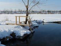 Ein Platz für Liebhaber der Winterschwimmens Die Leiter wird mit Eis bedeckt lizenzfreie stockbilder