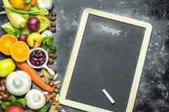 Ein Platz, zum Ihres eigenen Menüs oder Rezepts zu schreiben - Tafel, Kreide und viele Früchte, Gemüse und Kräuter lizenzfreies stockbild