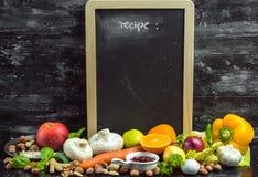 Ein Platz, zum Ihres eigenen Menüs oder Rezepts zu schreiben - Tafel, Kreide und viele Früchte, Gemüse und Kräuter stockfotos
