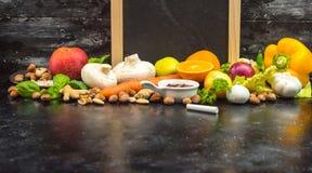 Ein Platz, zum Ihres eigenen Menüs oder Rezepts zu schreiben - Tafel, Kreide und viele Früchte, Gemüse und Kräuter lizenzfreie stockfotografie