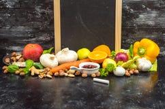 Ein Platz, zum Ihres eigenen Menüs oder Rezepts zu schreiben - Tafel, Kreide und viele Früchte, Gemüse und Kräuter stockfoto