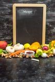 Ein Platz, zum Ihres eigenen Menüs oder Rezepts zu schreiben - Tafel, Kreide und viele Früchte, Gemüse und Kräuter stockfotografie