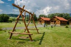 Ein Platz, zum mit Schwingenbereich, Bänke und Bäumen herum sich zu entspannen und sich abzuwickeln Lizenzfreies Stockfoto