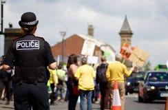 Ein Polizeibeamte Overlooking der anti--Fracking Protest in Preston Lizenzfreies Stockfoto