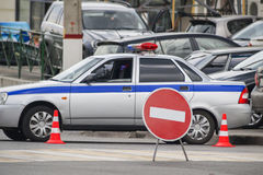Ein Polizeiwagen blockierte die Straße Lizenzfreie Stockfotos