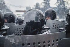 Ein Polizist bedeckt sein Gesicht mit seiner Hand Lizenzfreie Stockbilder