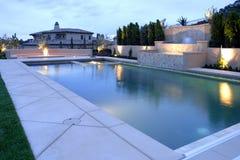 Ein Pool mit einem Wasserfall in einem Luxuxhinterhof Stockfoto