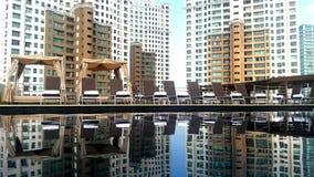 Ein Pool, welches hinten das Gebäude reflektiert Lizenzfreie Stockfotografie
