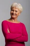 Ein Porträt alter Dame in der rosa zufälligen Kleidung. lizenzfreie stockfotografie