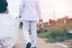 Ein Porträt der Braut und des Bräutigams, die in eine Hochzeit gehen stockfotos