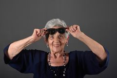 Ein Porträt einer älteren Frau mit Gläsern auf Stirn stockfoto