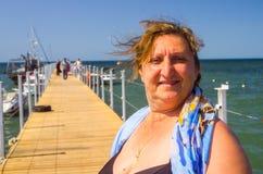 Ein Porträt einer Frau auf einem Meer Stockbild