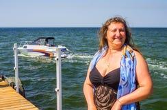 Ein Porträt einer Frau auf einem Meer Lizenzfreie Stockfotos