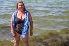 Ein Porträt einer Frau auf einem Meer Lizenzfreies Stockfoto