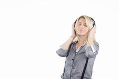 Ein Porträt einer jungen Frau im Kopfhörer Stockbild