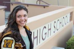 Ein Porträt einer schönen Highschool Studentin am Campus Stockbild
