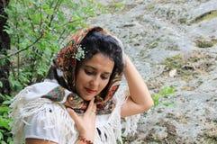 Ein Porträt einer schönen jungen Frau mit einem Folklorekopftuch Stockfotos