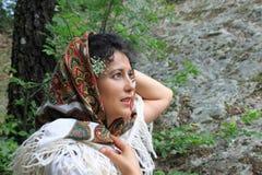 Ein Porträt einer schönen jungen Frau mit einem Folklorekopftuch Stockbilder