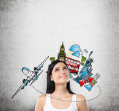 Ein Porträt einer träumerischen Brunettedame in einem weißen Trägershirt Ein Konzept des Reisens und der Feiertage lizenzfreie stockfotos