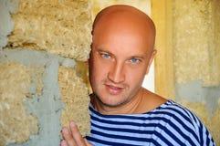 Ein Porträt eines gutaussehenden Mannes, der nahe bei einer Steinwand steht stockfotografie