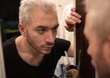 Ein Porträt eines jungen bärtigen Mannes im Badezimmer Stockfoto