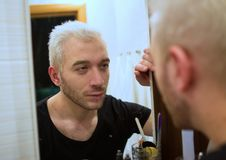 Ein Porträt eines jungen bärtigen Mannes im Badezimmer Lizenzfreie Stockbilder