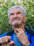 Ein Porträt eines lächelnden älteren Mannes lizenzfreie stockfotos