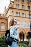 Ein Porträt eines MischrasseStudenten am Campus stockfoto