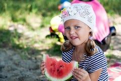 Ein Porträt eines netten kleinen Mädchens lizenzfreie stockfotos