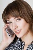 Ein Porträt von den attraktiven jungen Frauen, die am Mobiltelefon sprechen Stockbild