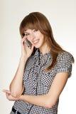 Ein Porträt von den attraktiven jungen Frauen, die am Mobiltelefon sprechen Stockfotografie