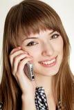 Ein Porträt von den attraktiven jungen Frauen, die am Mobiltelefon sprechen Lizenzfreies Stockbild