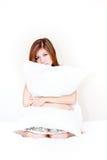 Ein Portrait der schönen asiatischen Frau auf dem Bett Stockbilder